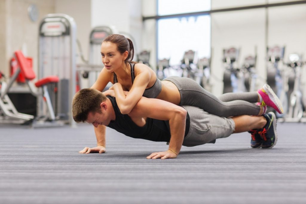 couple-workout-gym-boy-and-girl-pushups-t2